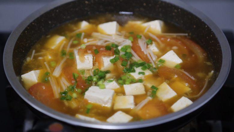 金针菇豆腐汤,最后撒一些葱花即可