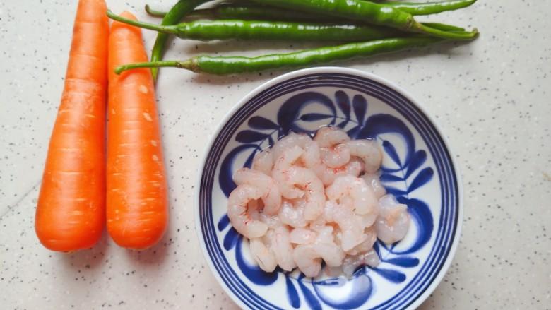 胡萝卜炒虾仁,首先我们准备好所有食材