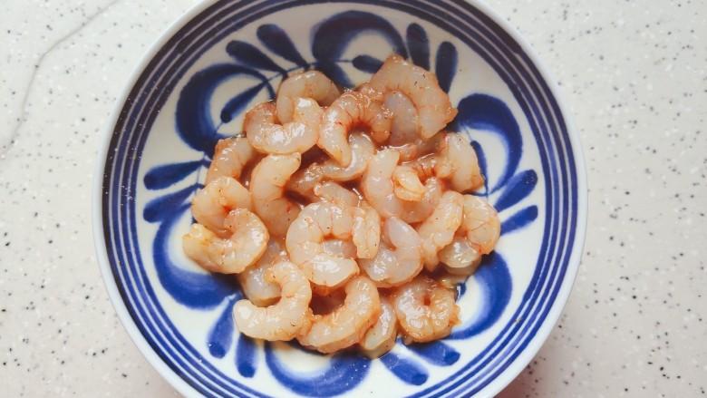 胡萝卜炒虾仁,抓均匀,腌制20分钟