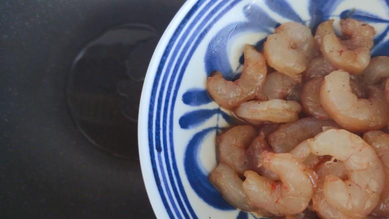 胡萝卜炒虾仁,待锅内油热,下虾仁(撇去腌制过程中产生的水分)