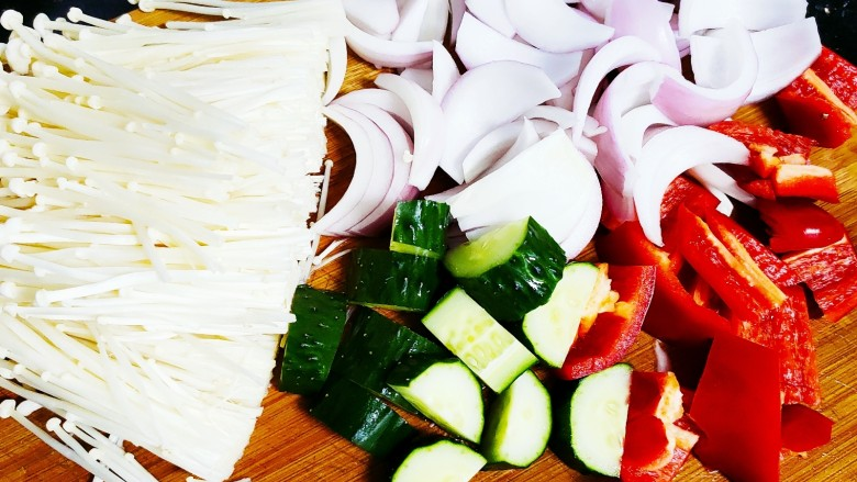 香煎鲫鱼水煮虾,腌制过程准备配菜