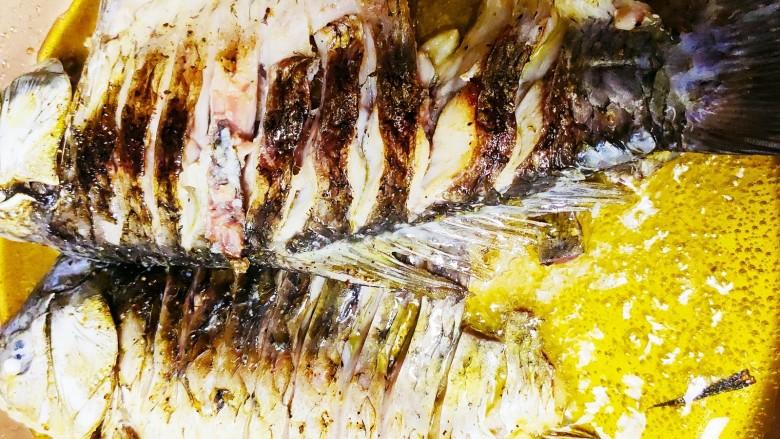 香煎鲫鱼水煮虾,煎至焦脆后翻面煎另一边,煎好后备用