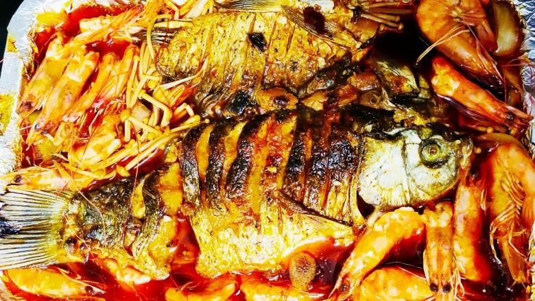 香煎鲫鱼水煮虾,煮好后放入铝箔盘里,煮10分钟左右