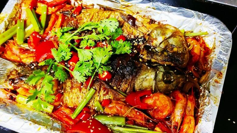 香煎鲫鱼水煮虾,好吃的香煎鲫鱼水煮虾就做好了