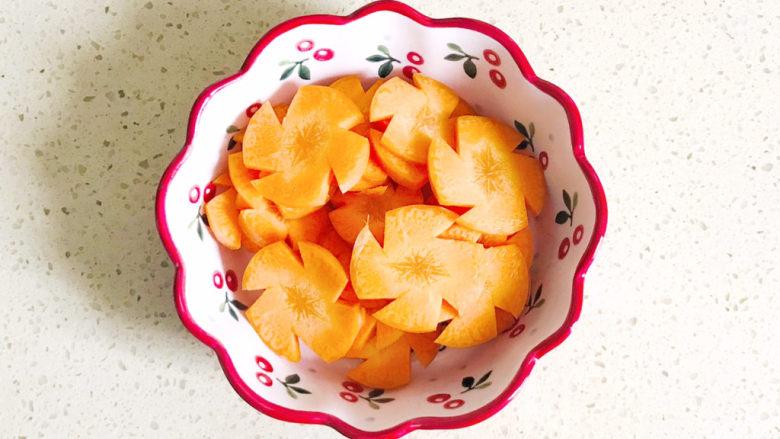 胡萝卜炒虾仁,切成漂亮的胡萝卜花
