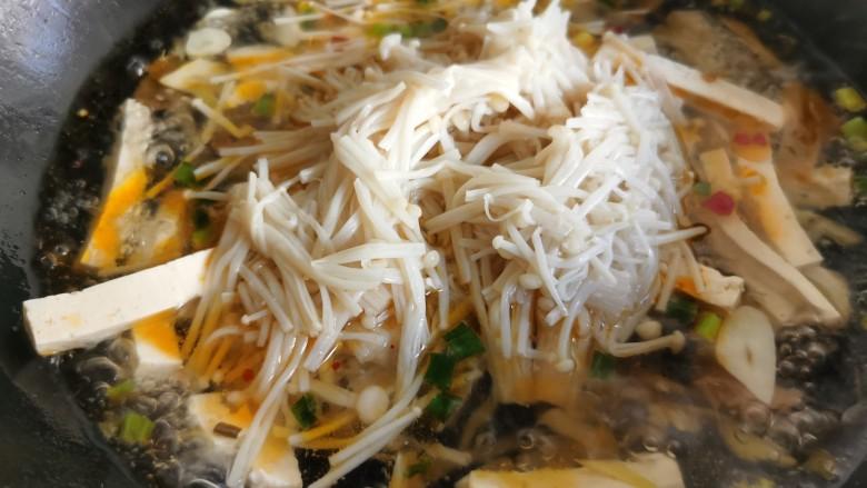 金针菇豆腐汤,加入金针菇。