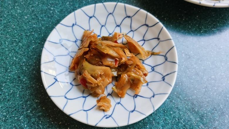 金针菇豆腐汤,榨菜我用的是袋装的红油<a style='color:red;display:inline-block;' href='/shicai/ 119018'>榨菜丝</a>(片),也可用腌好的榨菜头切丝。