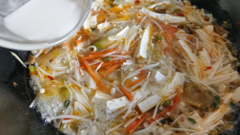 金针菇豆腐汤,加入淀粉水勾芡。