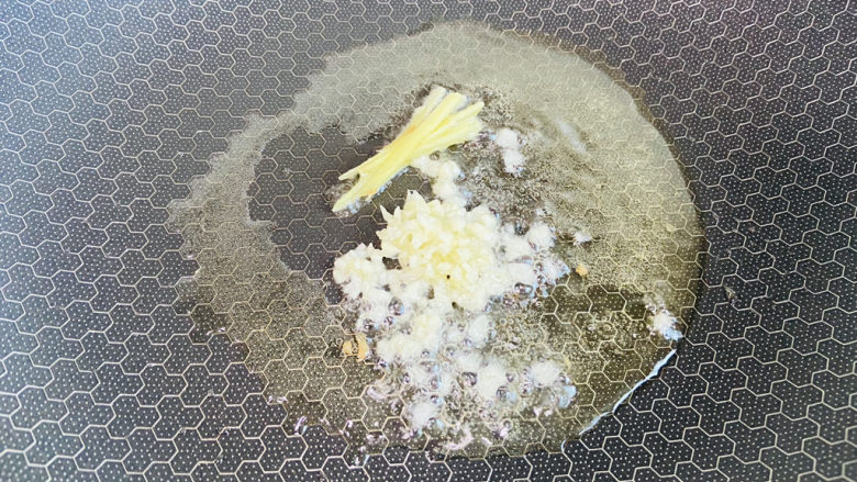 胡萝卜炒虾仁,起油锅放入姜丝、蒜末爆香