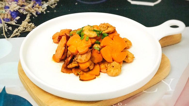 胡萝卜炒虾仁,装盘后,撒上少许葱花装饰