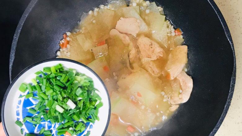 冬瓜薏米汤,装盘前,撒入葱花,翻炒均匀