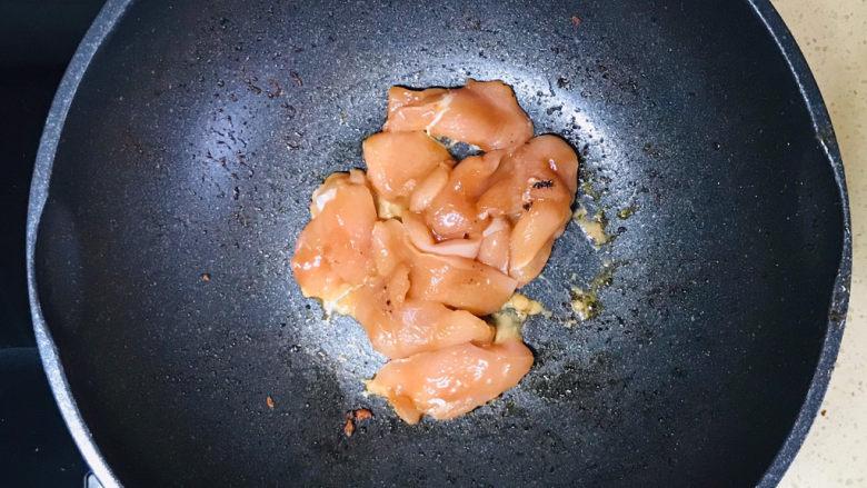 冬瓜薏米汤,起油锅,加油烧热,投入猪肉煸炒