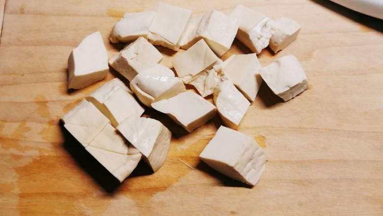 金针菇豆腐汤,豆腐切块状。