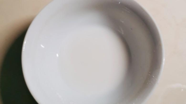 金针菇豆腐汤,半汤匙淀粉加入2汤匙清水形成水淀粉。