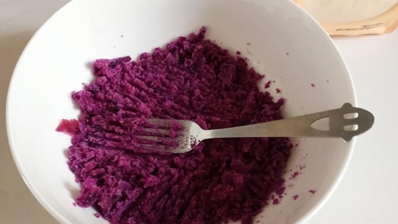 紫薯小馒头,把紫薯晾一会不太烫手的时候压成泥
