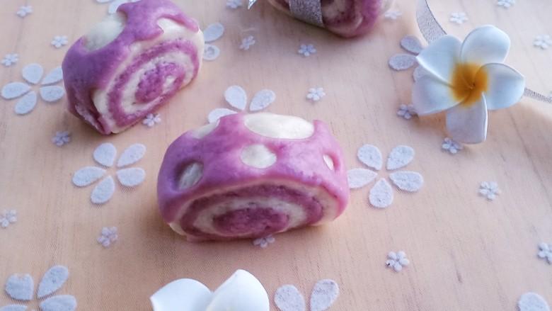 紫薯小馒头,最后上锅蒸,中到大火蒸20分钟,关火后再焖5分钟后开盖。这个紫薯双色刀切馒头就完成了
