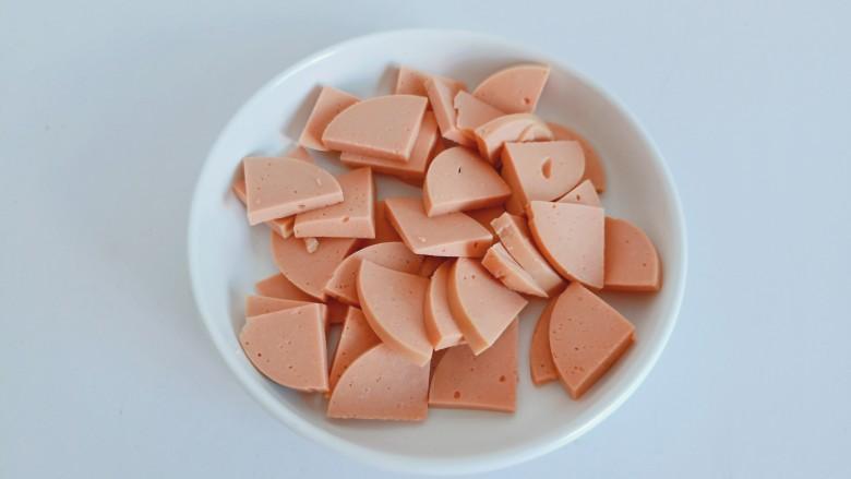 青椒炒香肠,香肠剥皮外衣,对半切开再切小块,不能切太薄,容易碎。