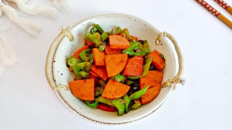 青椒炒香肠,青椒的清香配上香肠的肉香味,米饭多吃两碗。