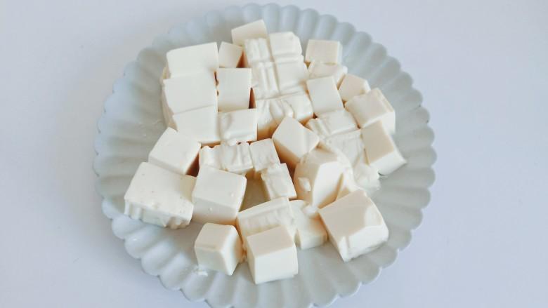 金针菇豆腐汤,豆腐切成小方块。