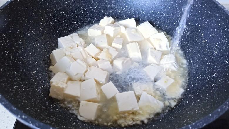 金针菇豆腐汤,加入适量的水开大火将豆腐烧开。
