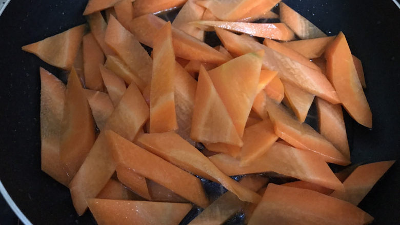 胡萝卜炒虾仁,放入适量热水,翻炒均匀