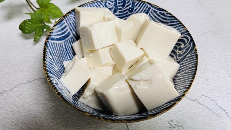 金针菇豆腐汤,豆腐切小块备用