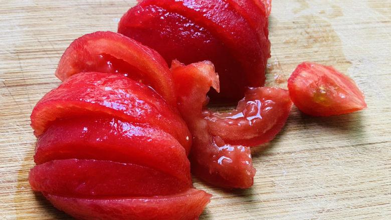金针菇豆腐汤,西红柿洗净去皮切小块
