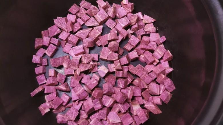 紫薯银耳粥,放入压力锅内胆里