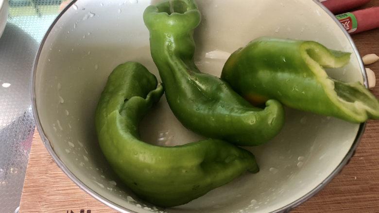 青椒炒香肠,青椒去蒂去籽(怕辣的撕去筋),清洗备用