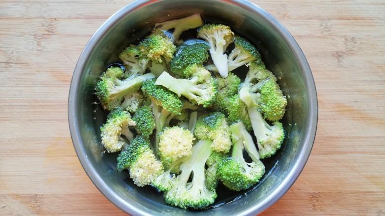 胡萝卜炒虾仁,用淡盐水浸泡10分钟左右清洗干净。