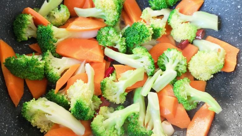 胡萝卜炒虾仁,下入西蓝花和胡萝卜翻炒均匀。