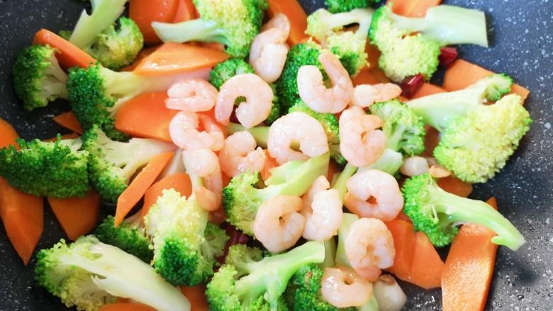 胡萝卜炒虾仁,下入炒好的虾仁。