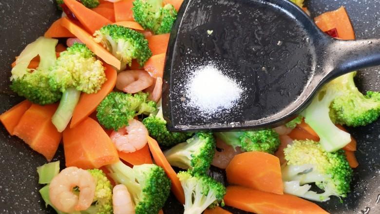 胡萝卜炒虾仁,放盐调味。