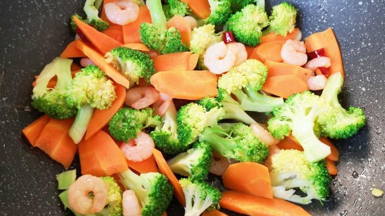 胡萝卜炒虾仁,翻炒均匀。