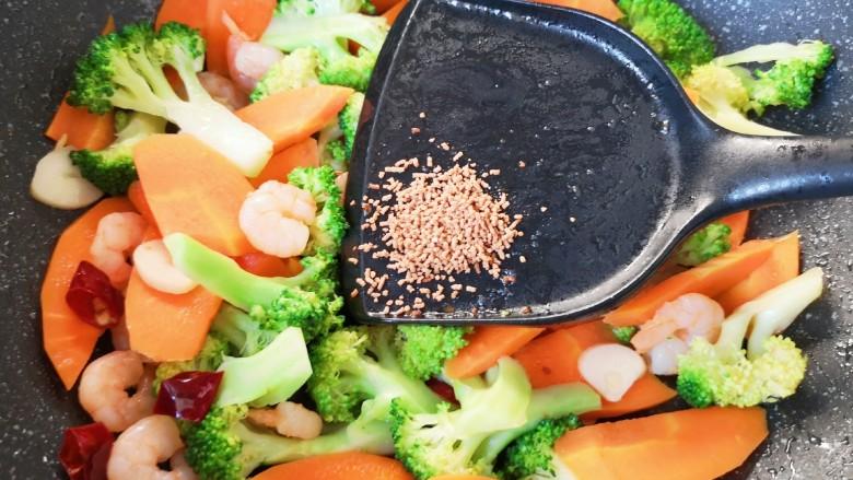 胡萝卜炒虾仁,放原味鲜翻炒均匀即可出锅。