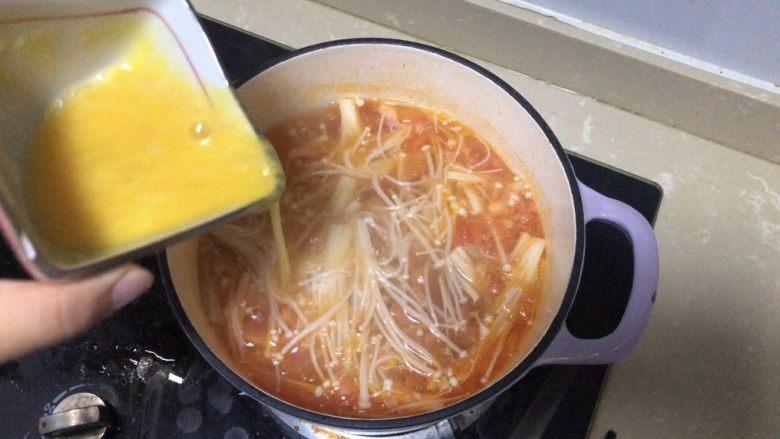 金针菇豆腐汤,鸡蛋撒在滚起的水泡上