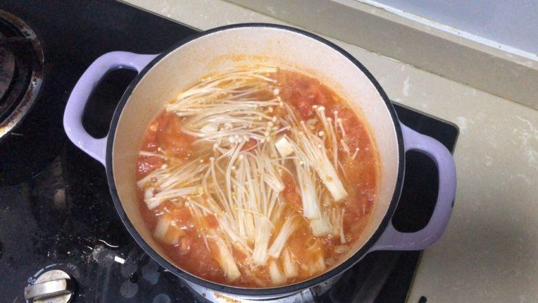 金针菇豆腐汤,然后加入金针菇煮熟