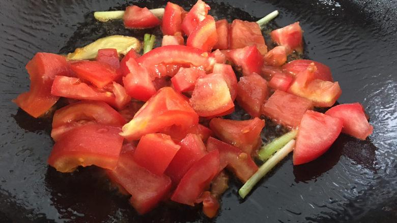 金针菇豆腐汤,加入番茄