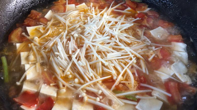 金针菇豆腐汤,加入金针菇煮2分钟