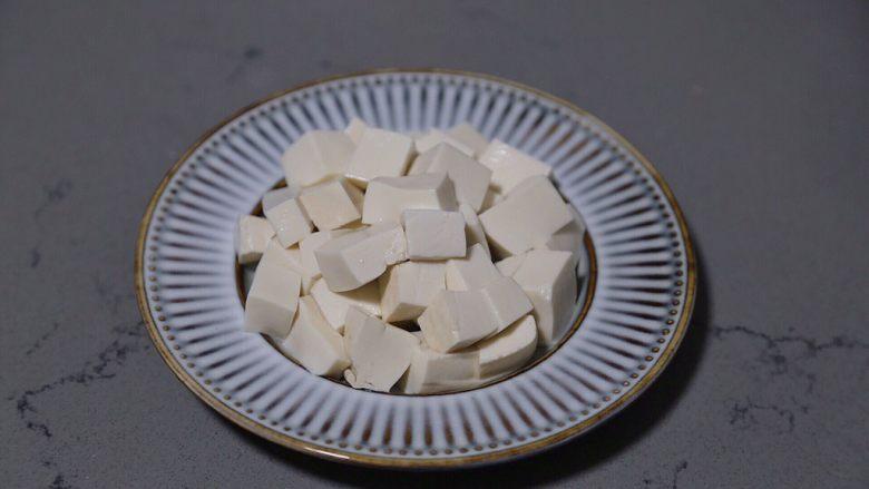 小葱拌豆腐,随后切小块,摆入盘中