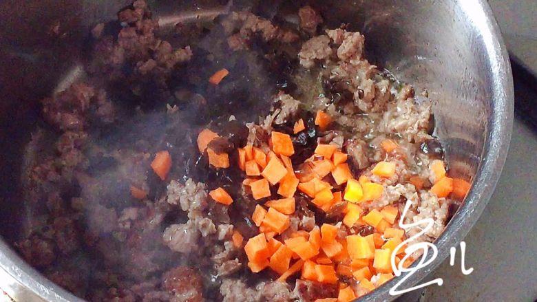 臊子面,牛肉末翻炒至变色,放入木耳碎和胡萝卜丁翻炒均匀