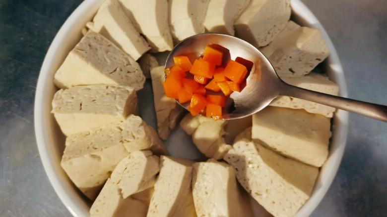 肉沫蒸豆腐,放入盘中。