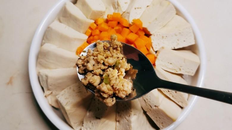 肉沫蒸豆腐,将炒好的鸡肉沫放到豆腐上,再淋入1汤匙酱油。