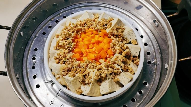肉沫蒸豆腐,放入蒸锅,隔水蒸10分钟。