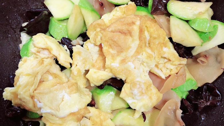 西葫芦炒木耳,加入炒好的鸡蛋,翻炒均匀。