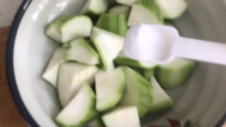 丝瓜炒毛豆,撒适量盐腌制半小时