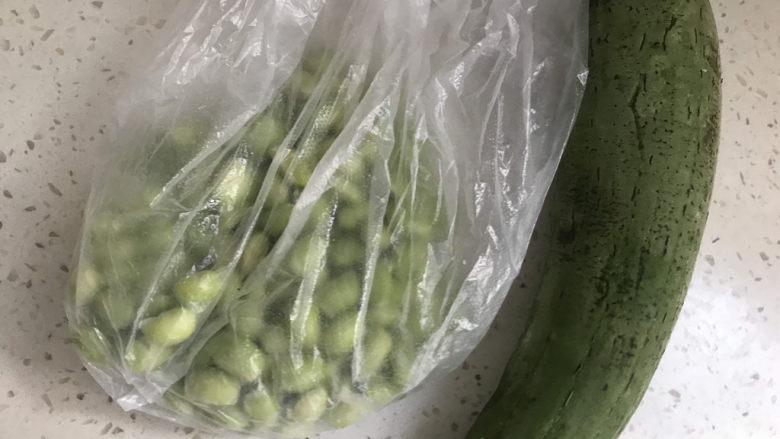 丝瓜炒毛豆,准备食材备用