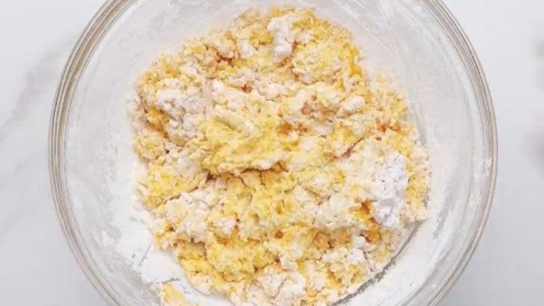 南瓜小圆子,加入糯米粉,跟和面一样,用筷子先搅成絮状,再上手揉成光滑的面团。