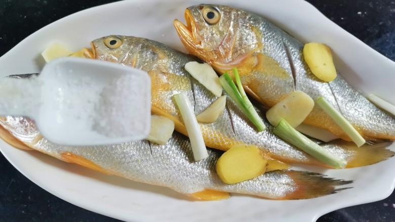 清蒸黄鱼,散上少许盐