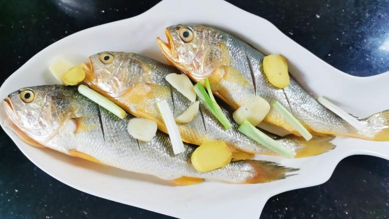 清蒸黄鱼,葱姜蒜放鱼上